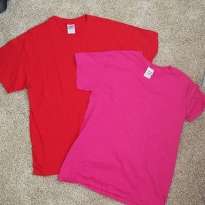 2 never worn Gildan t shirts